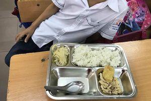 Hà Nội: Xôn xao bớt xén suất ăn học sinh, miếng giò bé như cục tẩy