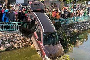 Tin tức 17/12: Tài xế say xỉn lái xe ô tô lao xuống hồ Trúc Bạch