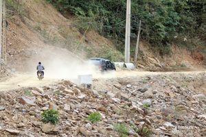 Bụi bám dày trên tuyến đường vành đai miền Tây Nghệ An