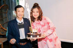 Hoàng Yến Chibi xúc động nhận bánh chúc mừng sinh nhật từ tay bố