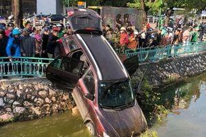 Tài xế say xỉn lái ôtô lao qua dải phân cách xuống hồ Trúc Bạch