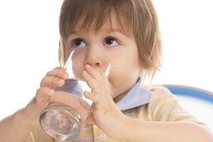 Cho trẻ dưới 6 tháng tuổi uống nước, mẹ vô tình hại con mà không biết
