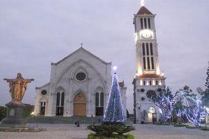 Người dân giáo xứ ở Hà Nội nhộn nhịp trang hoàng đón Giáng sinh