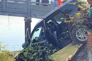 Hà Nội: Xế hộp mất lái tông đổ giải phân cách, phi lên vỉa hè rồi đâm nát lan can lao thẳng xuống Hồ Tây
