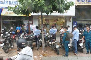 Vụ thanh niên dùng súng cướp 1,5 tỷ đồng của ngân hàng ở Sài Gòn: Đốt xe máy rồi lấy tiền tẩu thoát