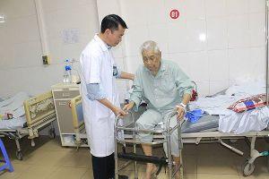 Ngã gãy xương đùi, cụ già 100 tuổi được thay khớp háng, thoát cảnh liệt giường chờ chết