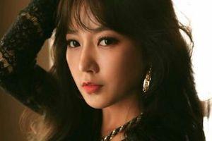 Thần tượng Hàn mắc lỗi hài hước khi chúc mừng HLV Park Hang-seo