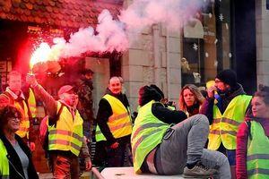 Người biểu tình 'áo khoác vàng' đốt trạm thu phí trên cao tốc ở Pháp