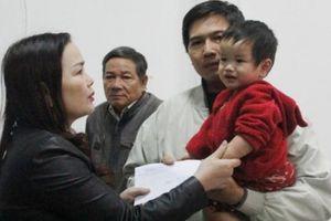 Quảng Trị: Hỗ trợ ba con nhỏ của người mẹ bị nước lũ cuốn trôi