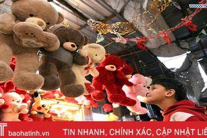 Người dân thủ đô Syria vui vẻ đi mua sắm đồ trang trí Noel