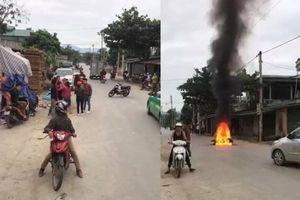 Va chạm giao thông, chủ xe SH tưới xăng đốt xe của người phụ nữ