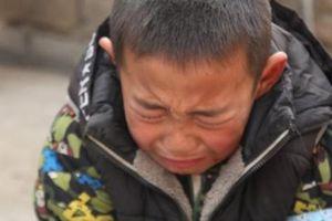 Nghẹn ngào trước cảnh bé trai 7 tuổi mất cha, mẹ bỏ đi, tự xin vào trại mồ côi