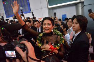 H'Hen Nie trở về trong sự chào đón của gia đình và người hâm mộ