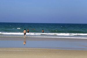 Quảng Nam: Một người đàn ông bị sóng biển cuốn trôi