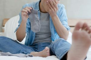 Bị nhiễm trùng phổi vì thói quen ngửi tất bẩn mỗi ngày