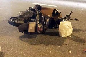 Xe máy nổ lốp, cô gái đội mũ bảo hiểm 'rởm' tử vong