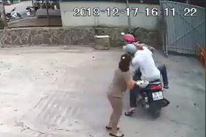 Hai thanh niên giật dây chuyền của người phụ nữ ngay trước cửa nhà