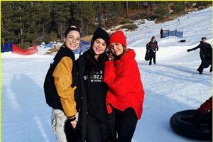 Selena Gomez chính thức lộ diện sau thời gian điều trị tâm thần, còn mặc áo ủng hộ bạn thân Taylor Swift