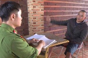 Thanh niên chở người không đội MBH còn đánh CSGT