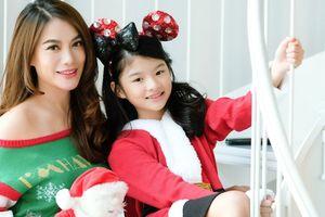 Trương Ngọc Ánh khoe vai trần gợi cảm, đón giáng sinh cùng con gái