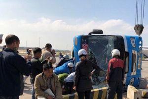 Quảng Ninh: Xe khách 'húc' tung dải phân cách, lật nghiêng khiên 6 người thương vong