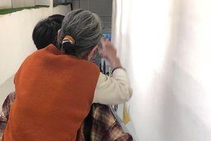 Chàng trai trẻ khiến nhiều người suy ngẫm vì hành động này dành cho bà của mình