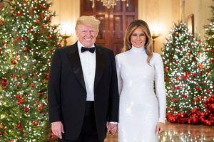 Bà Melania đẹp rạng ngời nắm tay Tổng thống Trump trong ảnh Giáng sinh chính thức