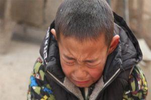 Thương cảm cảnh cậu bé 7 tuổi xin bà được vào trại mồ côi