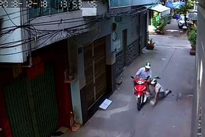 Dùng kim tiêm đi cướp xe của người chạy xe ôm, nam thanh niên bị cả khu phố vây bắt