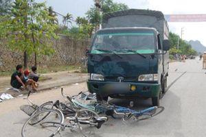 Va chạm xe tải, 2 chị em tử vong trên đường đi học về