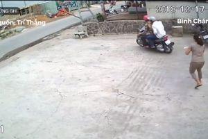 Clip: Đi bộ trên vỉa hè, 2 tên cướp áp sát giật phăng dây chuyền của phụ nữ ở TP.HCM