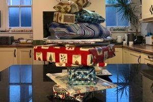 Chuẩn bị quà Giáng sinh 14 năm cho bé gái hàng xóm