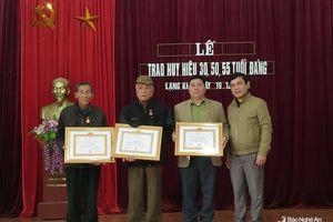 Trao tặng Huy hiệu Đảng cho đảng viên ở Con Cuông