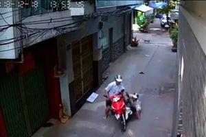 Tài xế xe ôm Grab bị tên cướp kéo lê trên đường