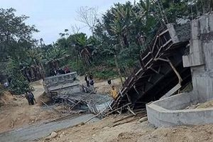 Yên Bái: Cầu thép bất ngờ sập xuống khi đổ bê tông bề mặt