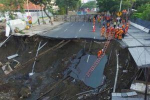 Hố tử thần rộng 30m xuất hiện giữa đường phố Indonesia