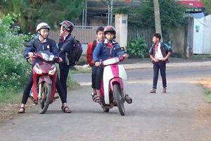 Đắk Nông: Chưa đủ tuổi, học sinh vô tư đi xe máy đến trường