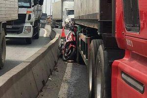 Chạy xe máy vào làn ôtô, người đàn ông chết thảm dưới bánh container