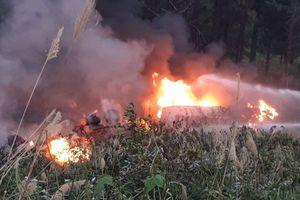 Xe bồn đâm nhau rơi xuống vực bốc cháy, tài xế chết thảm