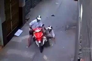 Tên cướp dùng chiêu 'cù lét' cướp xe máy bác tài xế