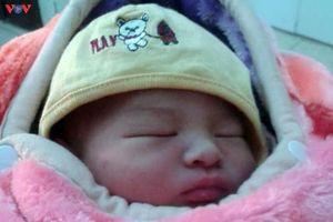 Bé trai sơ sinh còn nguyên dây rốn, nặng 3,2kg bị bỏ rơi tại Hà Nội