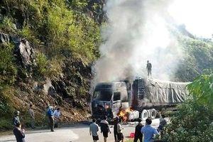 Xe chở 70 tấn gạo cho hộ nghèo phát cháy dữ dội