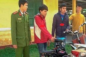 Người dân cùng công an truy đuổi 2 tên trộm xe đạp điện