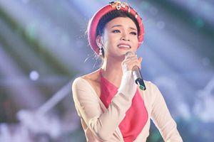 Ca sĩ Phương Thảo hát trong chương trình 'Niềm tin Việt Nam'