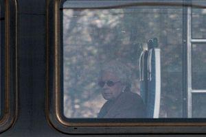 Hình ảnh Nữ hoàng Anh ngồi tàu hỏa đi nghỉ Giáng sinh