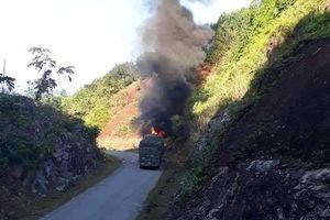 Tài xế thoát thân khi xe chở gạo bốc cháy ngùn ngụt