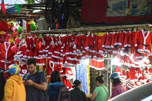 Đồ trang trí Giáng sinh: Hàng hóa phong phú, giá tăng nhẹ
