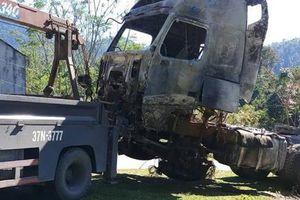 Nghệ An: Xe chở gạo bốc cháy dữ dội