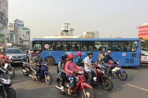 Đình chỉ tài xế xe buýt cầm thanh sắt dọa đánh người ở Sài Gòn