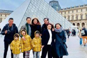 Hà Hồ đưa con trai và bố mẹ tới quê hương người tình Kim Lý đón Noel